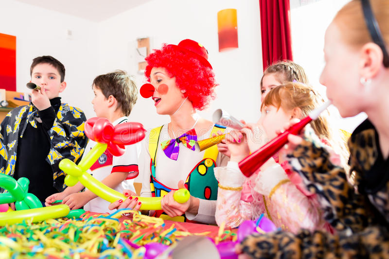 Kindergeburtstagsfeier mit Clown und Los Geräuschen stockfotografie