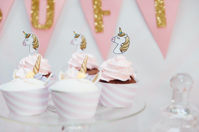 Kindergeburtstagsfeierdekoration und -kuchen stockbilder