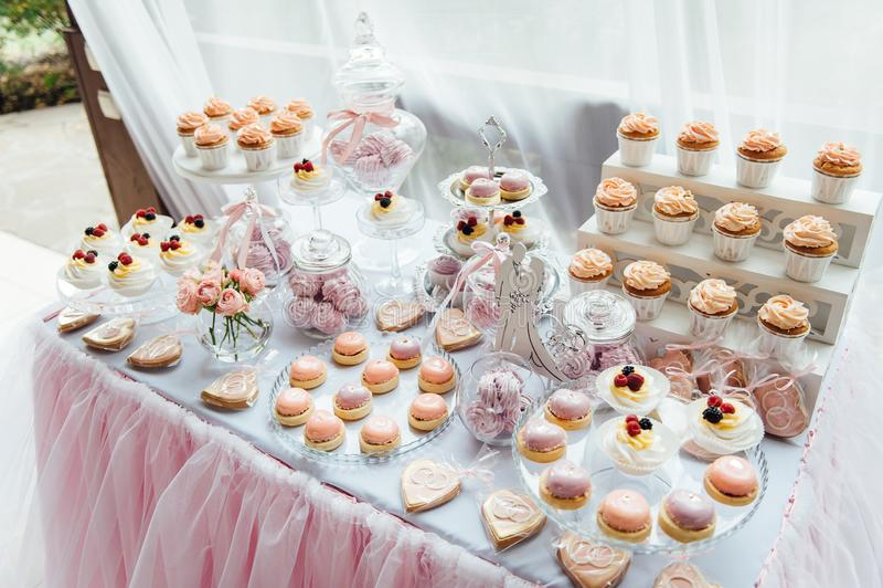 Kindergeburtstagsfeierdekoration und -kuchen Verzierte Tabelle lizenzfreie stockbilder