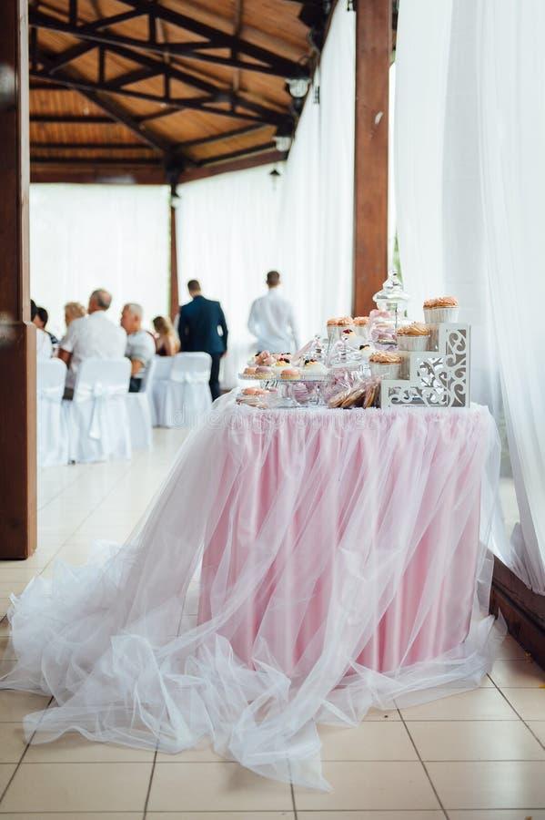 Kindergeburtstagsfeierdekoration und -kuchen Verzierte Tabelle stockbild