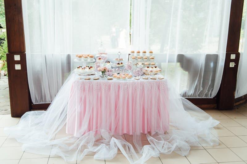 Kindergeburtstagsfeierdekoration und -kuchen Verzierte Tabelle stockbilder