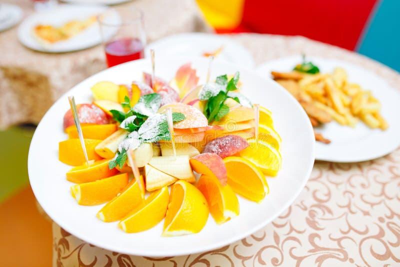 Kindergeburtstagsfeiertabelle Gedeck im Restaurant lizenzfreies stockfoto
