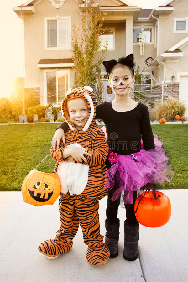 Kindergehender Trick oder Behandlung auf Halloween stockfotografie