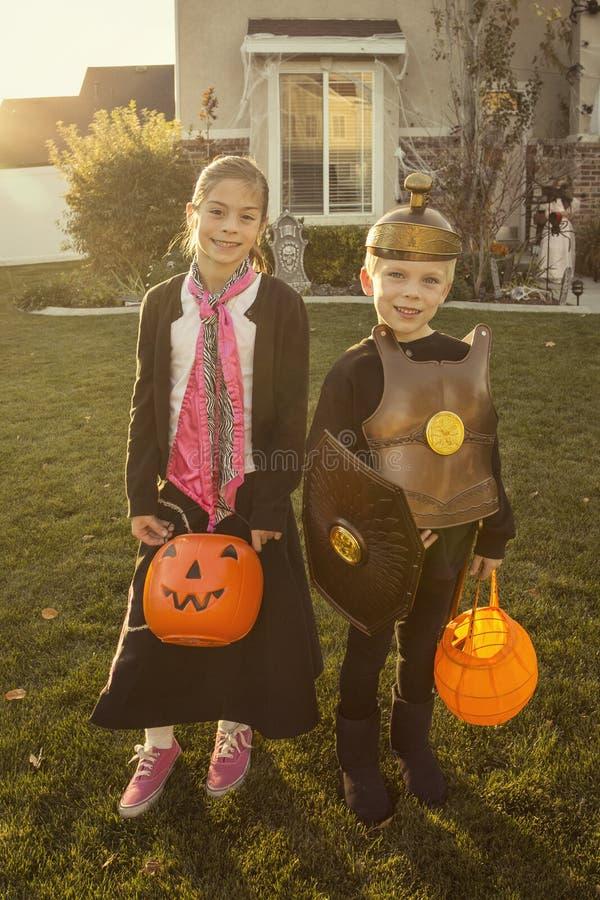 Kindergehender Trick oder Behandlung auf Halloween lizenzfreies stockbild