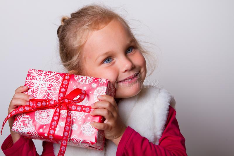 Kindergeschenkboxhände stockfoto