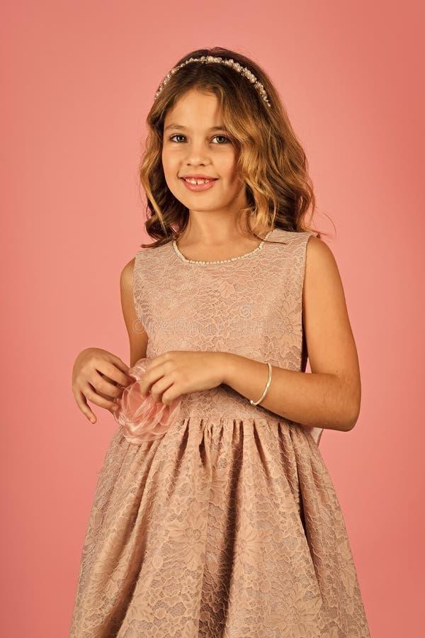 Kindergesichtshautpflege Porträtmädchengesicht in Ihrem advertisnent Porträt des netten lächelnden kleinen Mädchens in Prinzessin lizenzfreies stockfoto