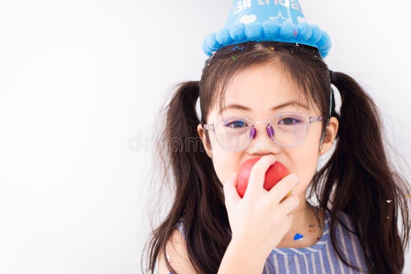 Kindergläser, die Apfelfrucht auf weißem Kopienraum essen stockbild