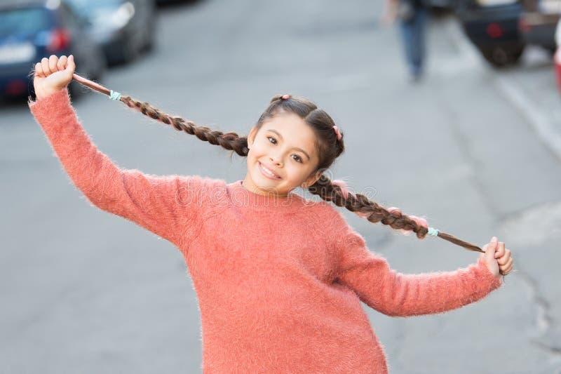 Kinderglimlach op schattig gezicht buiten Klein blij meisje met haarklop Goede-stemmingsconcept Mooie jongen met vers uiterlijk royalty-vrije stock fotografie