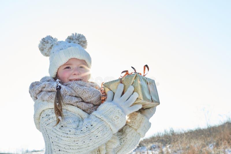 Kindergriff-Überraschungsgeschenk lizenzfreies stockfoto