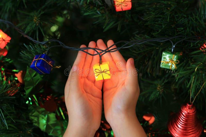 Kinderhände, die magisches Geschenk vom Weihnachten dekorativ halten Konzept der frohen Weihnachten und des guten Rutsch ins Neue lizenzfreie stockfotos