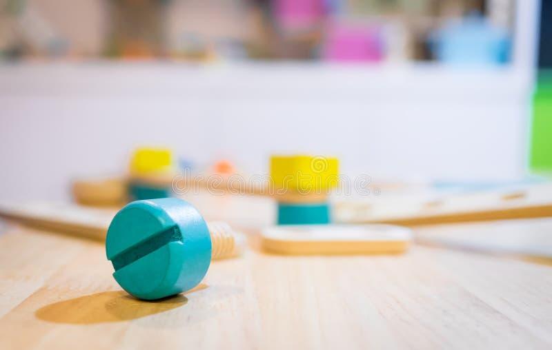 Kinderhölzernes Spielzeug für childs Entwicklung stockfotos