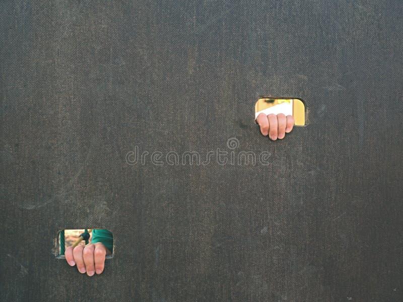 Kinderhand hält ein Loch auf dem hölzernen Kletterwand Kurzer Fingergriff durch Leiter lizenzfreie stockfotografie