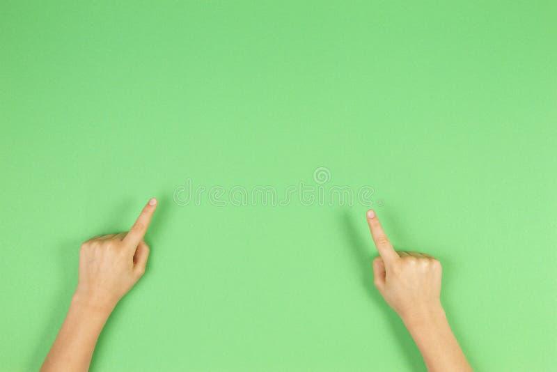 Kinderhandfinger, die auf hellgrünen Hintergrund zeigen lizenzfreie stockfotografie