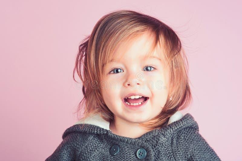 kinderjaren en geluk Gelukkig meisje meisjekind het glimlachen de herfst en de lentejong geitjemanier Het hebben van pret klein royalty-vrije stock afbeeldingen
