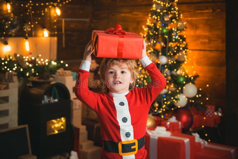 Kinderjarenogenblikken Het concept van de Kerstmiskous Kind vrolijke gezicht geworden gift in Kerstmissok Inhoud van Kerstmis royalty-vrije stock afbeeldingen