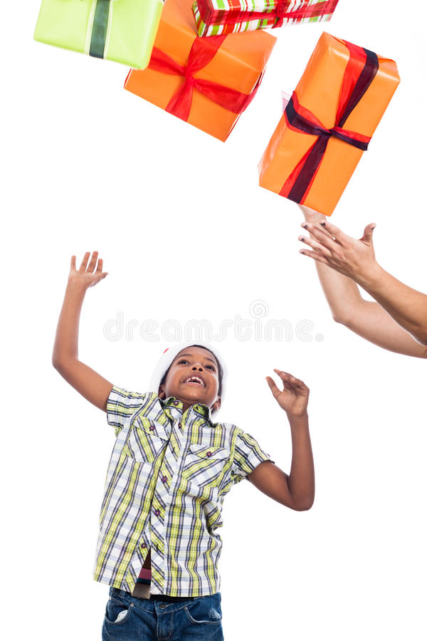 Kinderjunge anziehende Weihnachtsgeschenke stockfotos