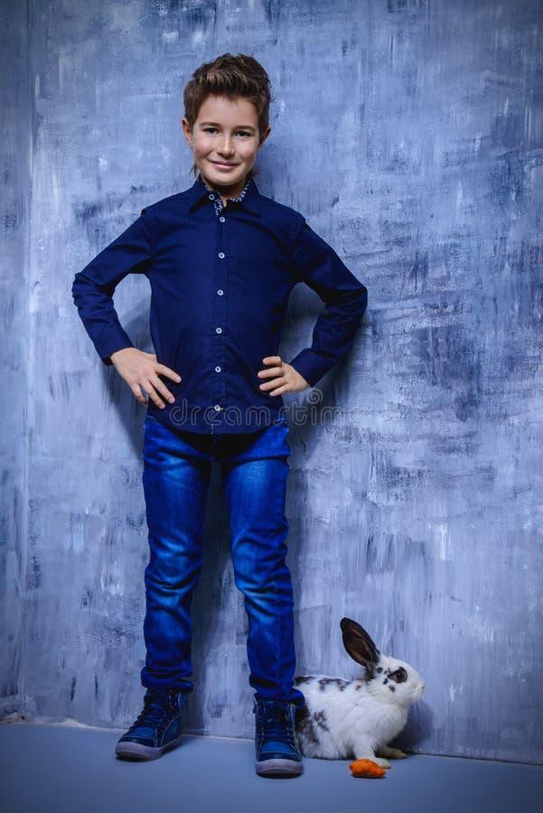 Kinderjunge mit Kaninchen stockfotografie