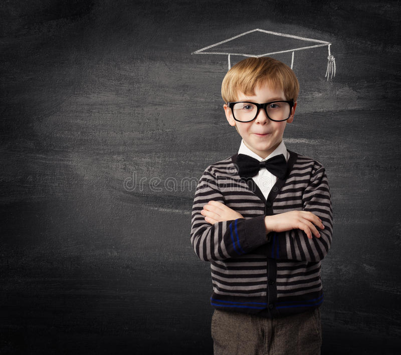 Kinderjungen-Gläser, Schulkinderkreide-Hut-Tafel-Bildung stockfotos
