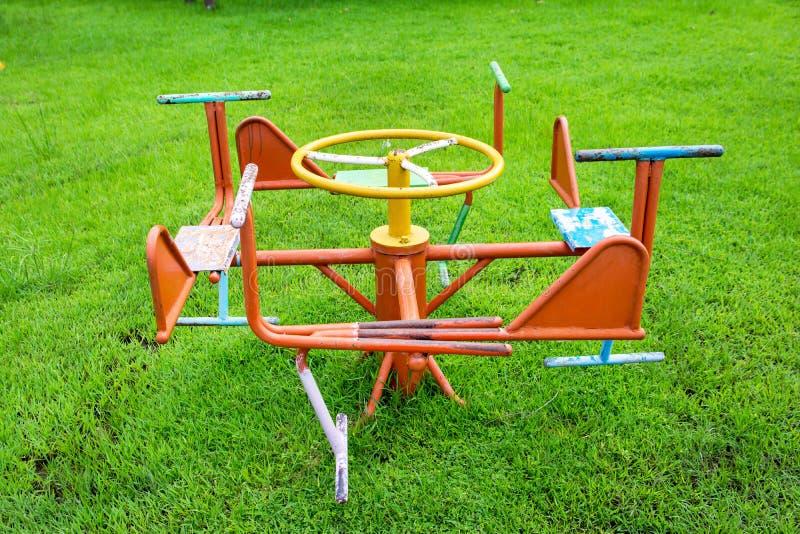 Kinderkarussell im Spielplatz Metallkarussell am Spielplatz stockfotografie