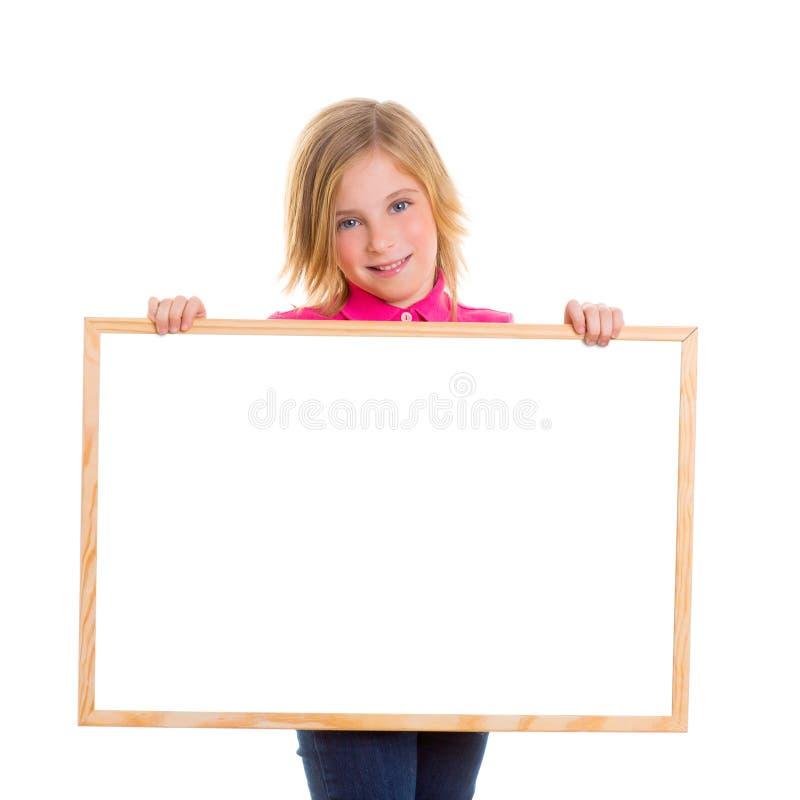 Kinderkinderglückliches Mädchen, das leeres Tafel copyspace anhält stockfotografie