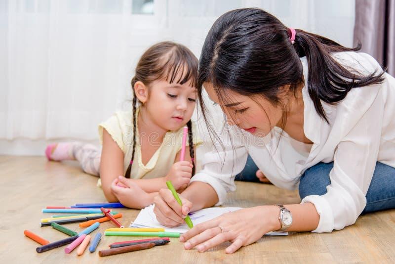 Kinderkindermädchenkindergartenzeichnungslehrerausbildungs-Muttermutter mit schöner Mutter stockfotos