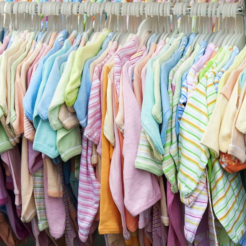 Kinderkleidungsverkauf stockbild