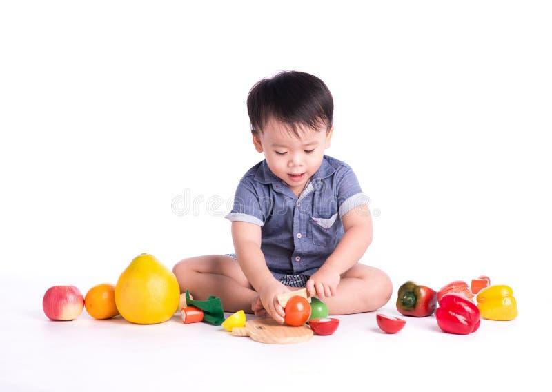 Kinderkleiner Junge, der auf Boden spielt lizenzfreies stockfoto