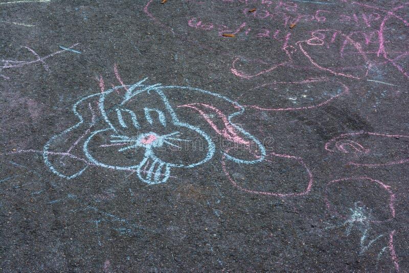 Kinderkreide-Zeichnungen Asphalt Concrete Outdoors Public Urban P stockbilder