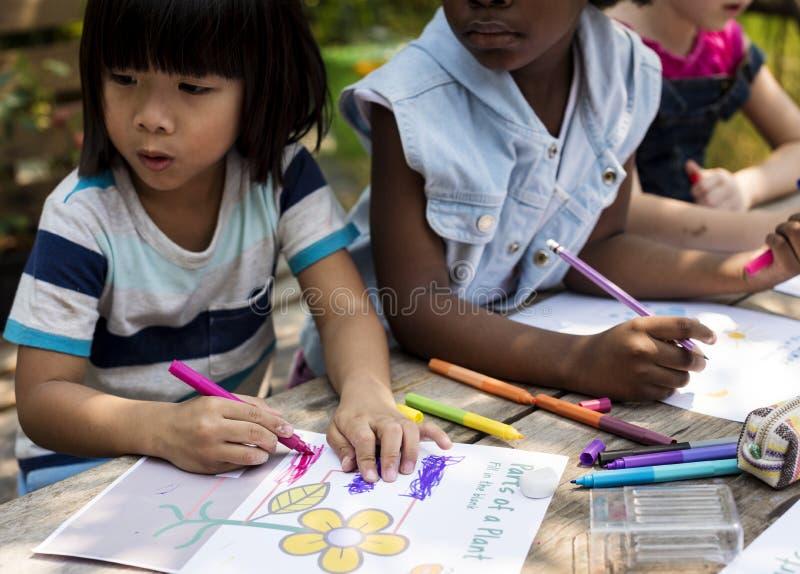 Kinderkunst, die zusammen zeichnet lizenzfreie stockfotografie