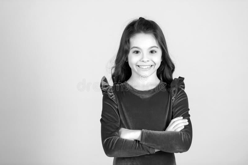 Kinderlächeln im roten Kleid, Mode glückliches kleines Schwarzweiss-Mädchen lizenzfreies stockfoto