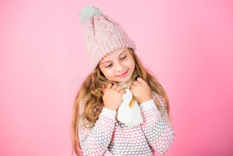 Kinderlächelnder Abnutzung gestrickter Zusatz Netter gestrickter moderner Hut der Kindermädchen-Abnutzung und Schalzusatz Schönes lizenzfreie stockbilder