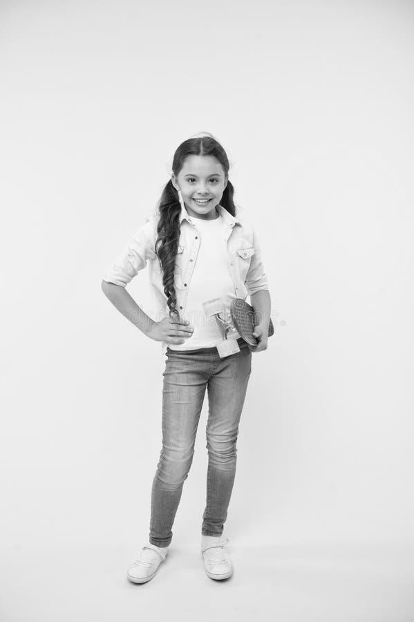 Kinderlächelndes Gesichts-Griffskateboard Nettes buntes Skateboard des Pennybrettes f?r M?dchen Mädchenfahrpennybrett gelb lizenzfreie stockfotografie