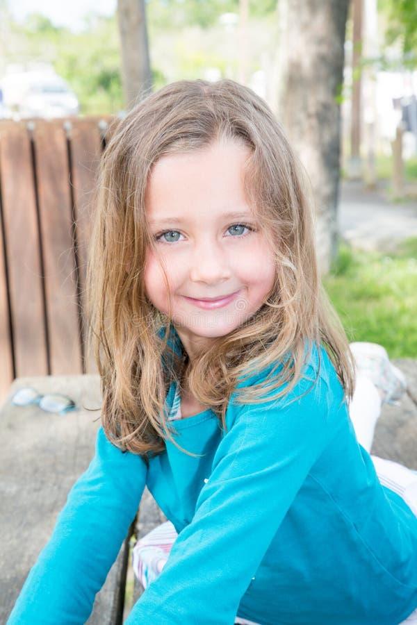 Kinderlächelndes Spielen des kleinen Mädchens in einem Park lizenzfreie stockfotografie