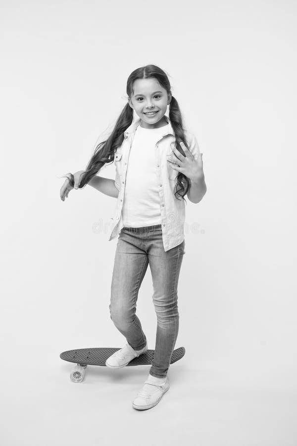 Kinderl?chelnder Gesichtsstand auf Skateboard Nettes buntes Skateboard des Pennybrettes f?r M?dchen L?sst Fahrt Mädchenfahrpennyb lizenzfreie stockfotos