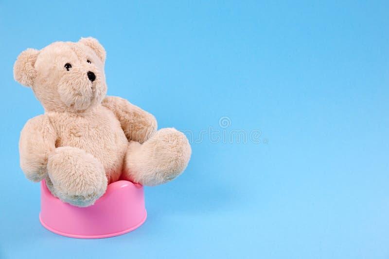 Kinderleichtes Training Ein Teddybär, der auf einem Topf sitzt stockfotografie