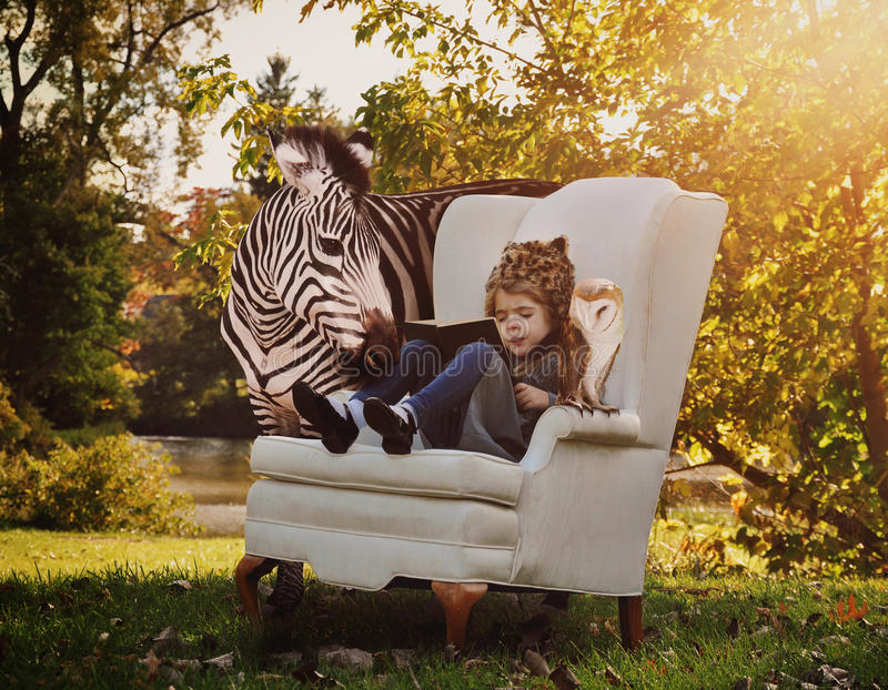 Kinderlesebildungs-Buch mit Tieren stockfotos