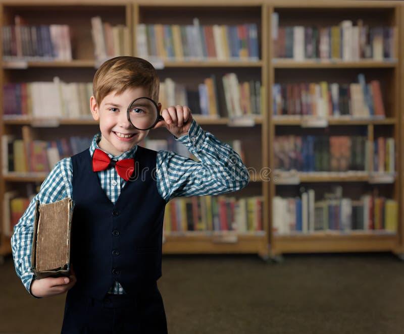 Kinderlupe, Kind sehen durch Vergrößerungsglas-Lupe, Buch Li stockfotografie