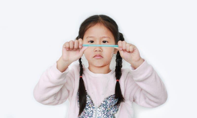Kindermädchen brechen Kunststoffholz isoliert auf weißem Grund stockfotos