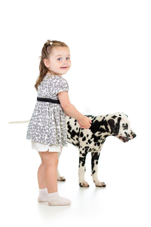 Kindermädchen, das mit dalmatinischem Hund spielt lizenzfreie stockfotos