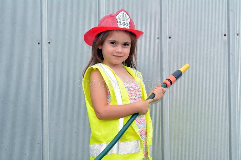 Kindermädchen im Feuerwehrmannkostüm lizenzfreies stockfoto