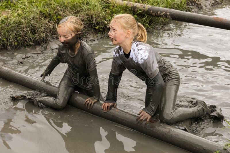 Kindermädchen im Schlamm-Rennen stockbilder
