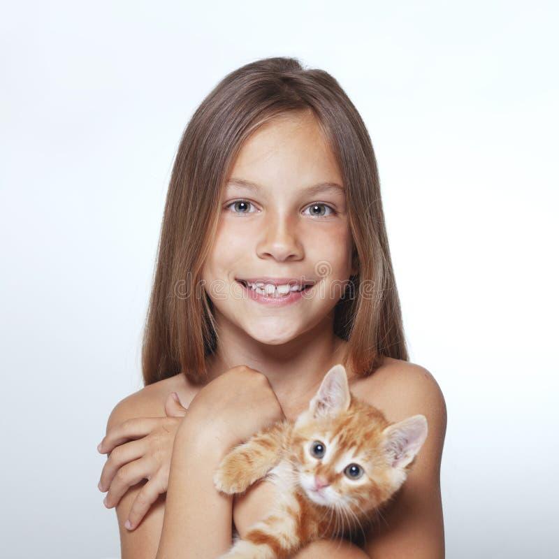 Kindermädchen mit Kätzchen stockbild