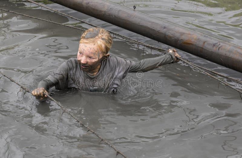 Kindermädchen-Schlamm-Rennen Biddinghuizen lizenzfreie stockfotos