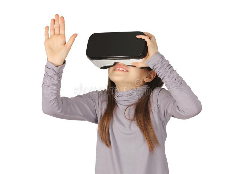 Kindermädchen, welches die Schutzbrille der virtuellen Realität, lokalisiert auf Weiß verwendet lizenzfreie stockfotografie
