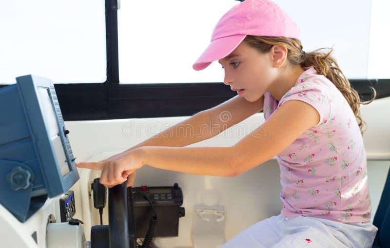Kindermädchensegeln, welches das Bootsrad steuert lizenzfreie stockfotografie