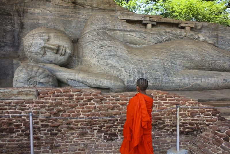 Kindermönch Contemplating Reclining Buddha, Sri Lanka stockbilder
