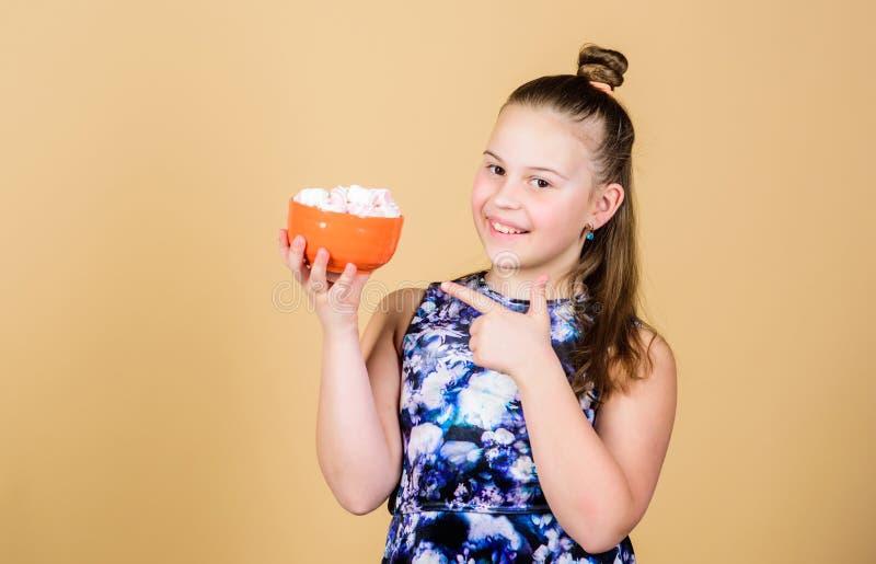 Kinderm?dchen mit dem langen Haar mag Bonbons und Festlichkeiten Kalorie und Di?t Hungriges Kind Eibischherausforderung L?chelnde lizenzfreie stockfotos