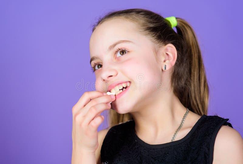 Kinderm?dchen mit dem langen Haar mag Bonbons und Festlichkeiten Kalorie und Di?t Hungriges Kind Nicht korrigierbares Schleckerma stockbild