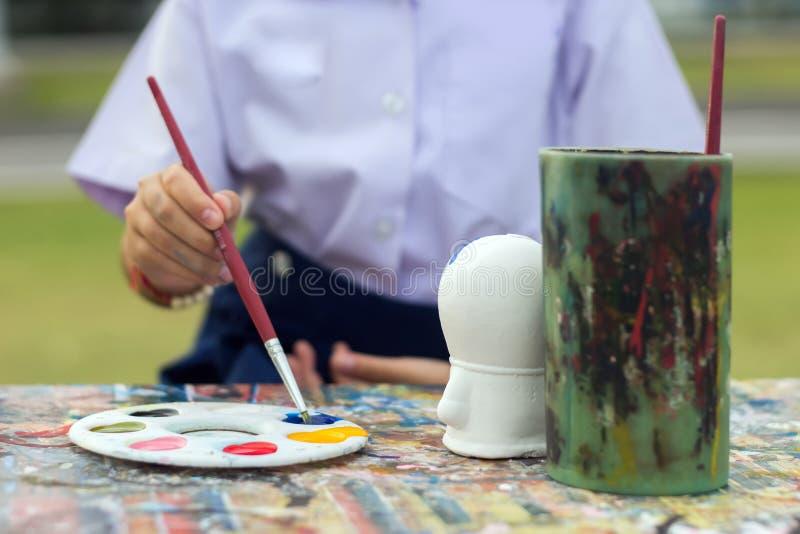 Kindermalerei-Gipsmodell auf Tabelle mit lizenzfreies stockfoto