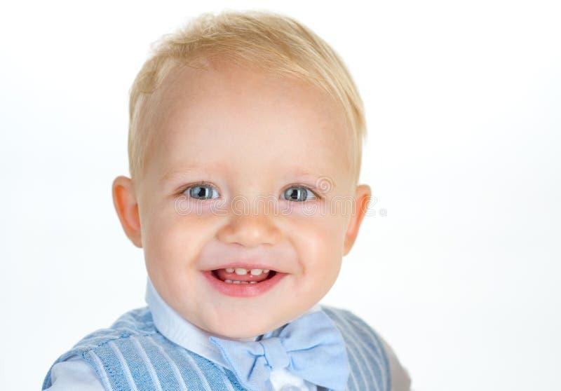 Kindermodetendenzen Kleines Kinderglückliches Lächeln Jungenkind mit Modeblick Kleines Baby in der modernen Abnutzung lizenzfreies stockfoto